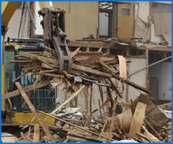 建築・解体現場の大量の廃材や、残地物の回収・処分